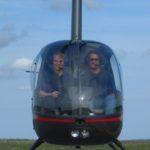 Jutta Kleinschmidt beim Helikopterfliegen